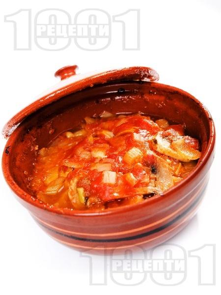 Пилешка кавърма с месо от филе, гъби, моркови, домати, зелени чушки и праз лук в гювече на фурна - снимка на рецептата